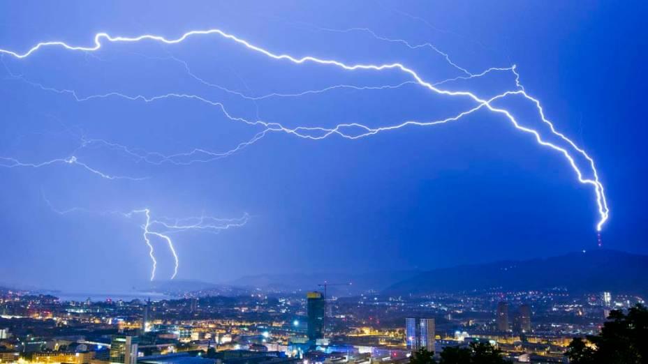 Tempestade de raios atinge a cidade de Zurique, Suíça