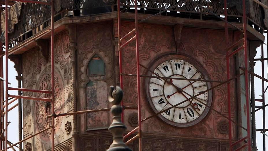 No Cairo, torre do relógio mais antigo do Egito, cerca de 1840, é visto na Mesquita de Mohamed Ali Pasha