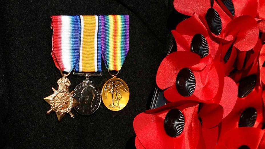 """Detalhe mostra medalhas de veterano britânico e papoulas artificiais, símbolo do """"Remembrance Day"""", durante cerimônia em Londres"""