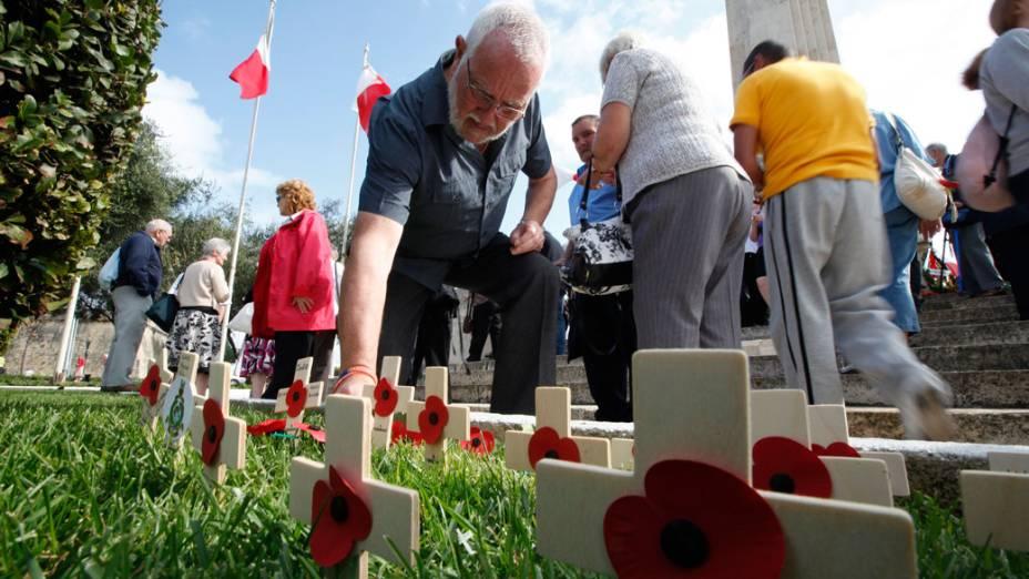 Visitantes caminham por memorial em lembrança aos combatentes das guerras mundiais, em Floriana, na Ilha de Malta
