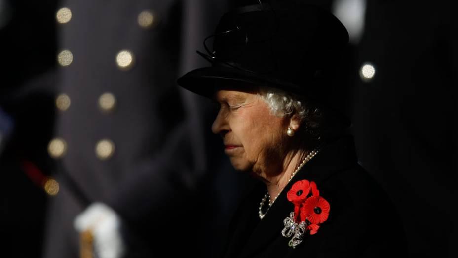 """Rainha Elizabeth participa da cerimônia do """"Remembrance Day"""", em Londres"""