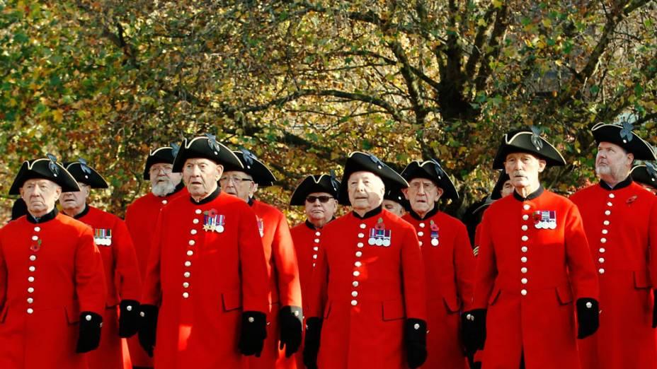 """Veteranos marcham durante cerimônia do """"Remembrance Day"""", em Londres"""