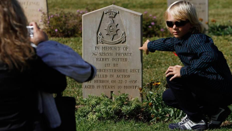 """Menino posa ao lado de túmulo de soldado britânico chamado Harry Potter, durante as celebrações do """"Remembrance Day"""", em Israel"""