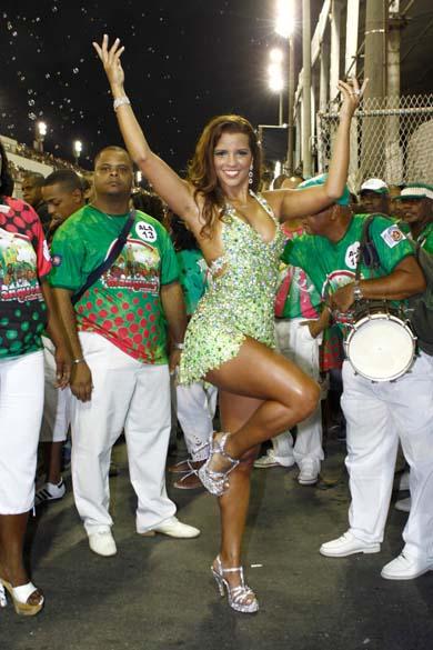 Renata Santos, rainha de bateria, no ensaio técnico da escola de samba Mangueira