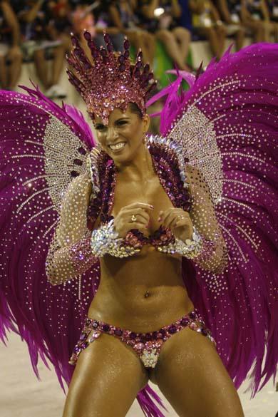 Renata Santos desfilando como rainha de bateria da escola de samba Mangueira, na Marquês do Sapucaí