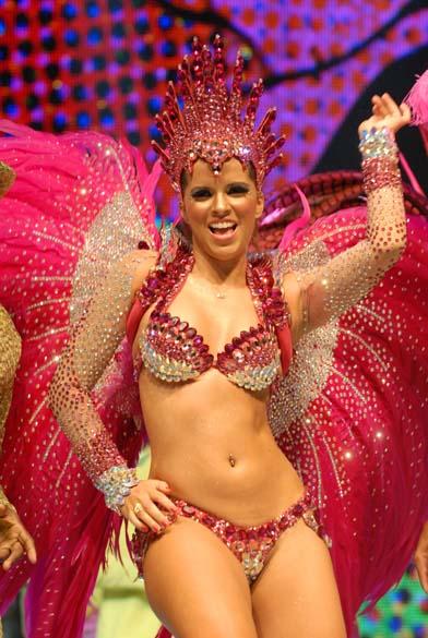 """Renata Santos, rainha da bateria da escola de samba Mangueira, nas gravações das vinhetas do """"Carnaval 2011"""", da Rede Globo"""