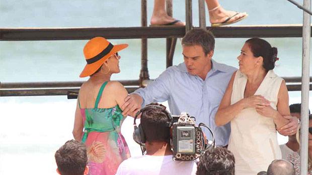 René (Dalton Vigh) protege Pereirão (Lilia Cabral) do ataque de Tereza Cristina (Christiane Torloni), durante jogo de vôlei na praia, em Fina Estampa