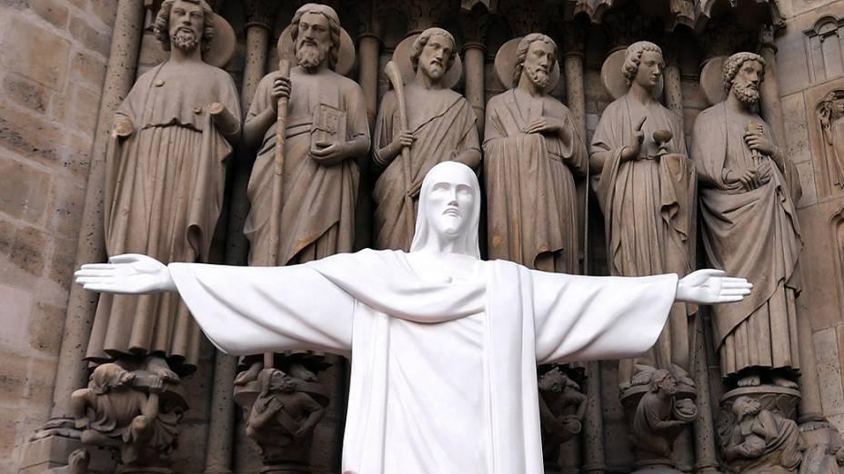 Réplica do Cristo na catedral de Notre Dame (Paris) faz parte dos preparativos da Jornada da Juventude de 2013, no Rio