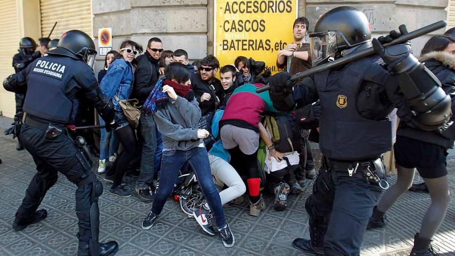 Policiais dispersam manifestantes durante protesto contra os cortes no orçamento para educação em Barcelona, Espanha