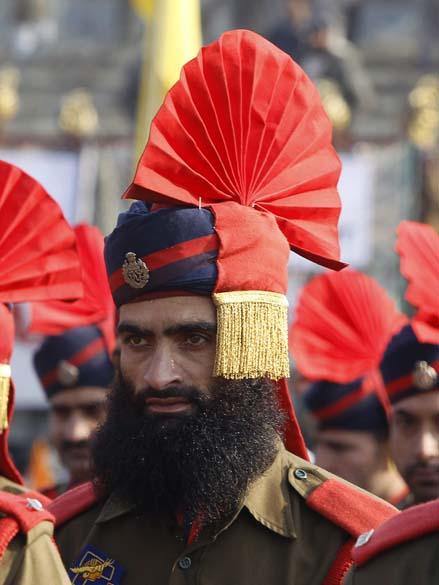 Policial vestindo uniforme cerimonial assiste ao desfile do Dia da República da Índia em Srinagar