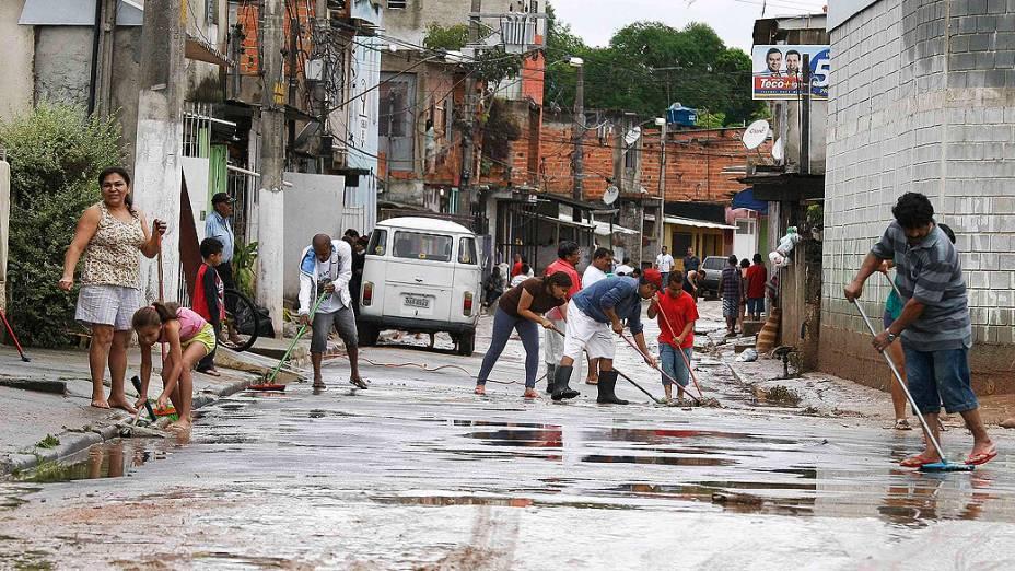 Moradores limpam suas casas após enchente em Itapevi (SP)