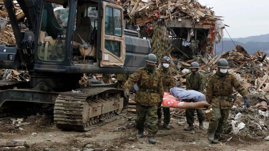 Resgate de vítimas em vilarejo destruído pelo terremoto e tsunami em Rikuzentakata, Japão
