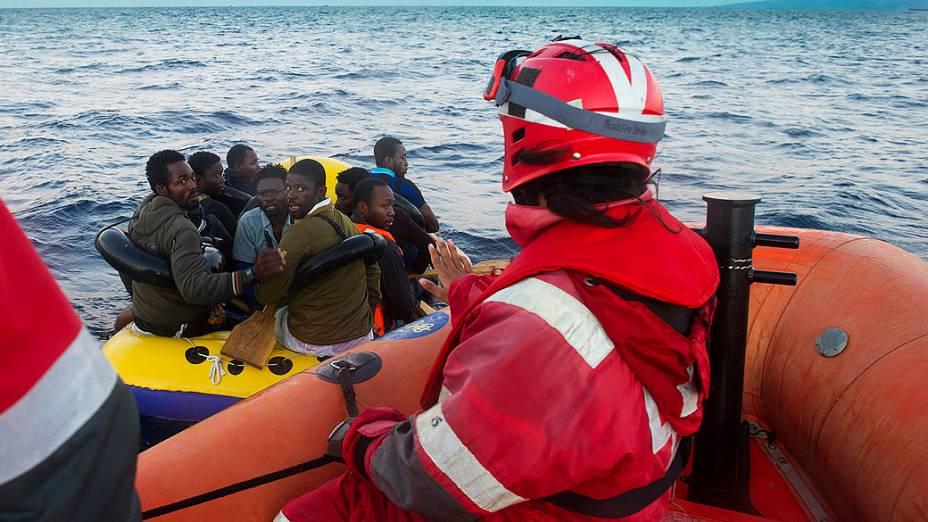 Bote de borracha com imigrantes ilegais é interceptado em alto-mar pela Guarda Costeira espanhola entre Marrocos e Espanha