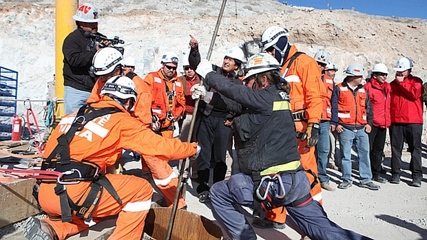 Equipe trabalha no resgate dos mineiros