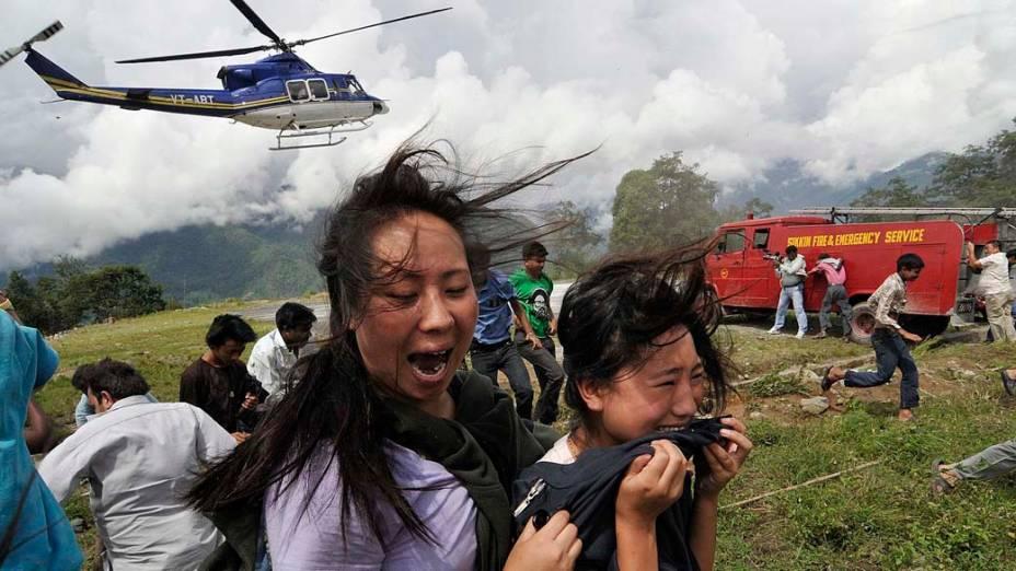 Vítimas resgatadas após terremoto que atingiu a cordilheira do Himalaia, na Índia