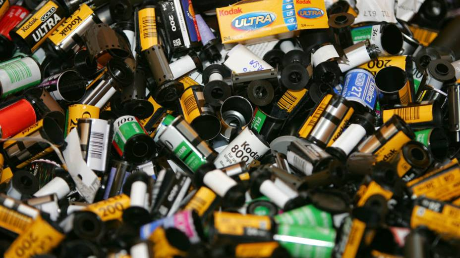 Rolos de filmes vazios antes de serem reciclados em laboratório da Kodak em 2004
