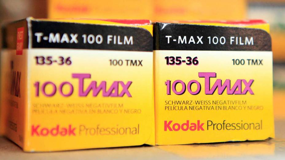 Rolos do famoso filme TMax da Kodak em prateleira de loja de câmeras
