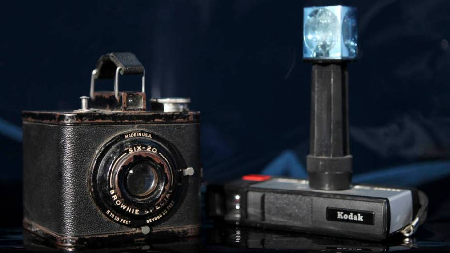 """Uma câmera """"Brownie Special Six-20"""" e uma """"Pocket Instamatic 20"""""""