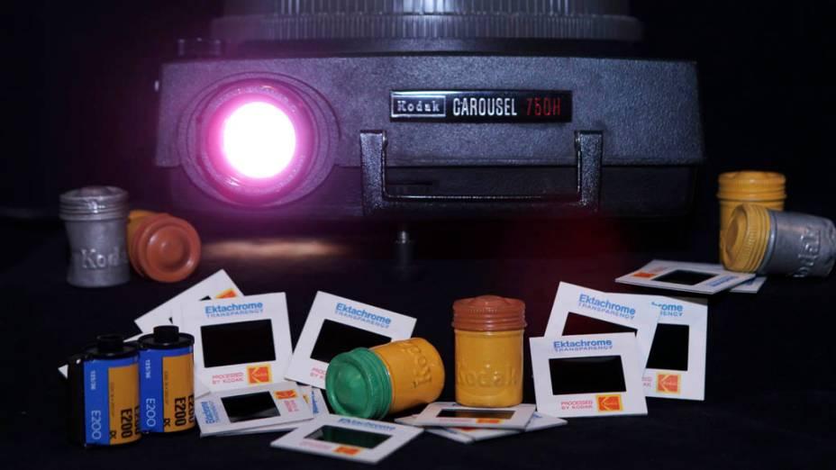 Projetor de slides da Kodak com slides coloridos de 35 mm e seus potes