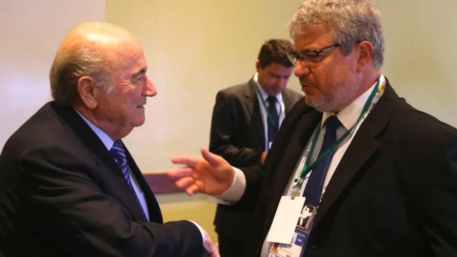 O presidente da Fifa, Joseph Blatter, e o CEO do COL, Ricardo Trade, na reunião do Comitê Organizador da Copa, na Costa do Sauípe