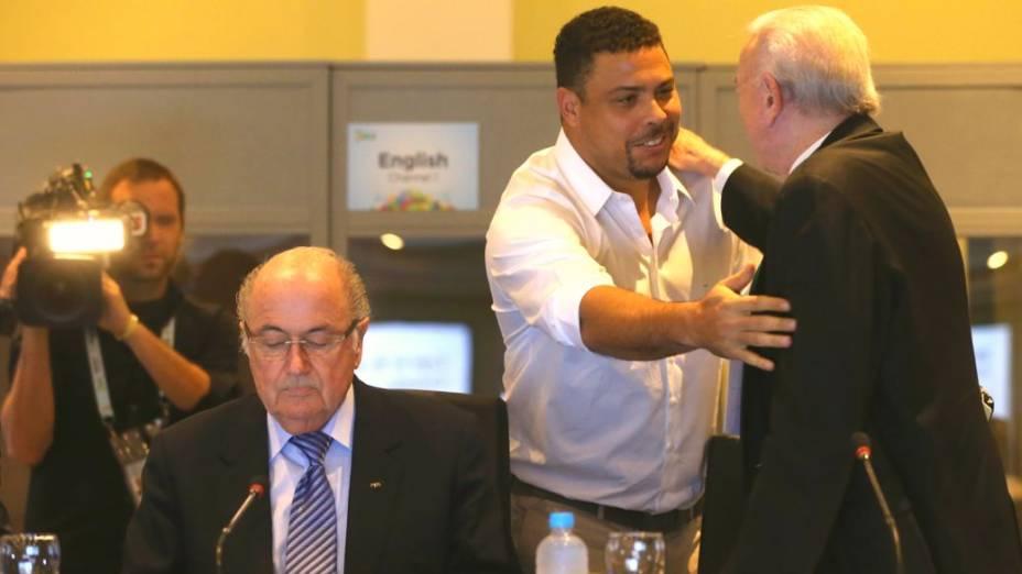 Blatter, Ronaldo e Marin na reunião do Comitê Organizador da Copa, na Costa do Sauípe