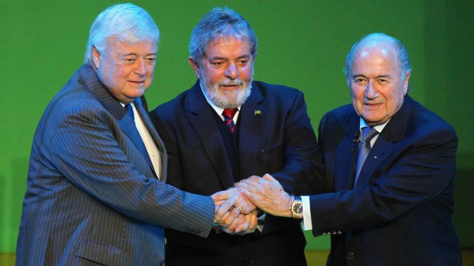 Ricardo Teixeira, o ex-presidente Lula e o presidente da FIFA Joseph Blatter durante evento promovendo a Copa do Mundo 2014