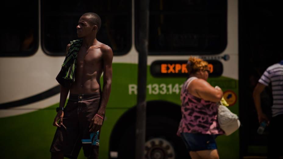 Onda de calor no Rio de Janeiro, e as pessoas tentam aliviar o forte calor com pouca roupa e bastante líquido