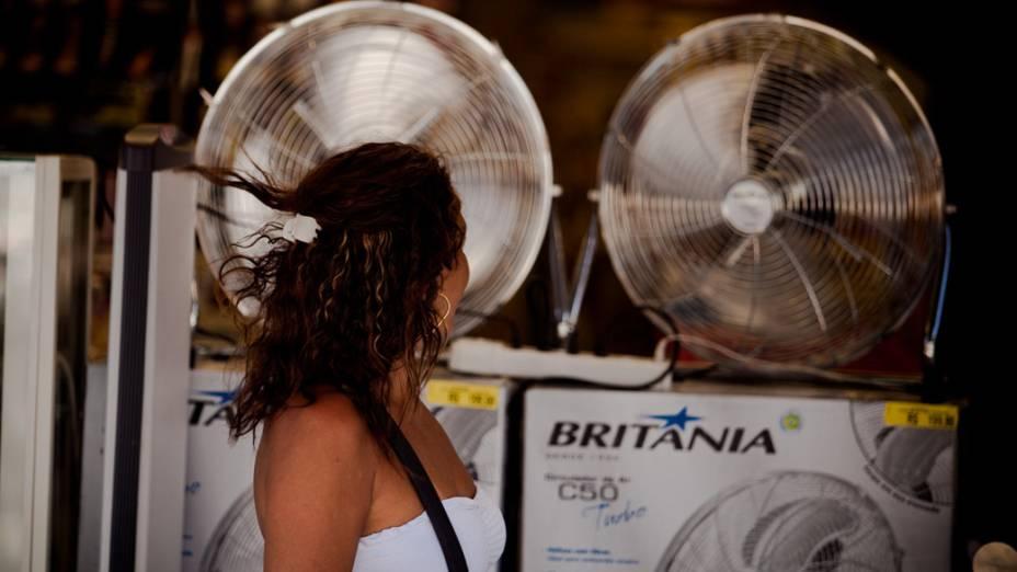 Os termômetros chegaram a registrar 40 graus de temperatura, aumentando a busca por soluções para amenizar o clima quente, no Rio de Janeiro