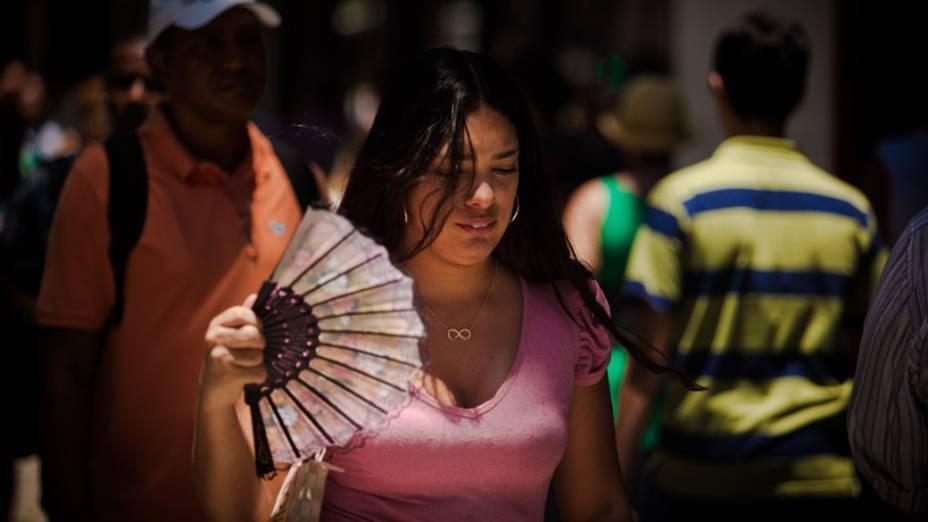 As pessoas tentam aliviar o forte calor tudo que puder ajudar a refrescar, no Rio de Janeiro