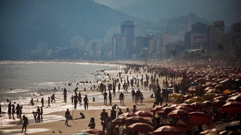 Em Ipanema, a praia ficou cheia em plena quarta-feira (08/02) a tarde, no Rio de Janeiro