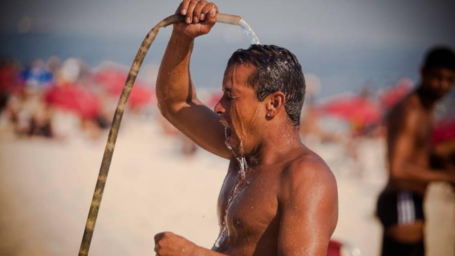 Banhista se refresca em ducha. Os termômetros chegaram a registrar 40 graus de temperatura, no Rio de Janeiro