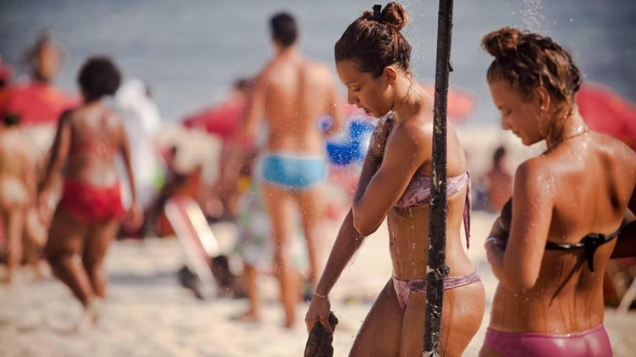 Em Ipanema, a praia ficou cheia em plena quarta-feira (08/02) a tarde e a procura pelas duchas foi constante, no Rio de Janeiro