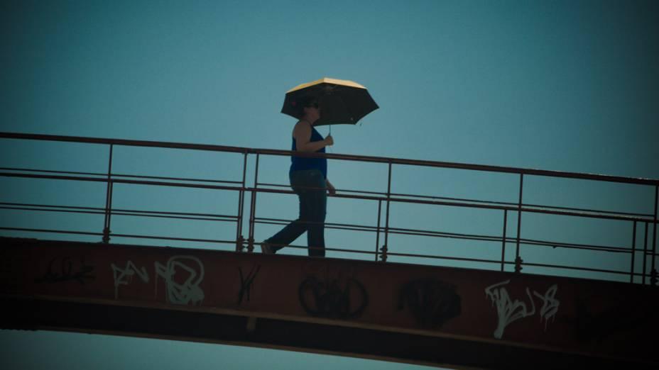 No centro da cidade as pessoas tentam se proteger do forte calor,sombrinhas, chapéus e tudo mais que puder ajudar