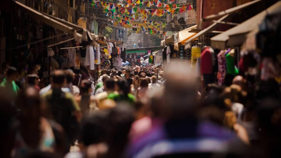 As pessoas tentam se refrescar do forte calor com poucas roupas e bastante líquido, no Rio de Janeiro