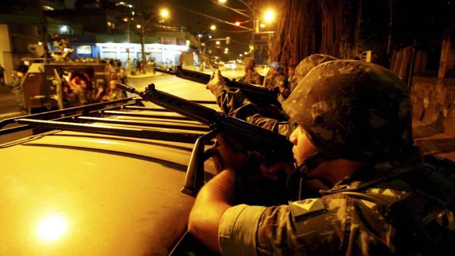Militares trocam tiros no Complexo do Alemão