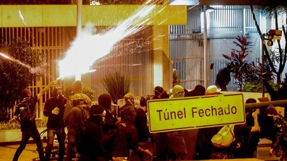 Rio: Black Bloc causa tumulto e quebra quebra na Rua das Laranjeiras nesta terça (27/8)