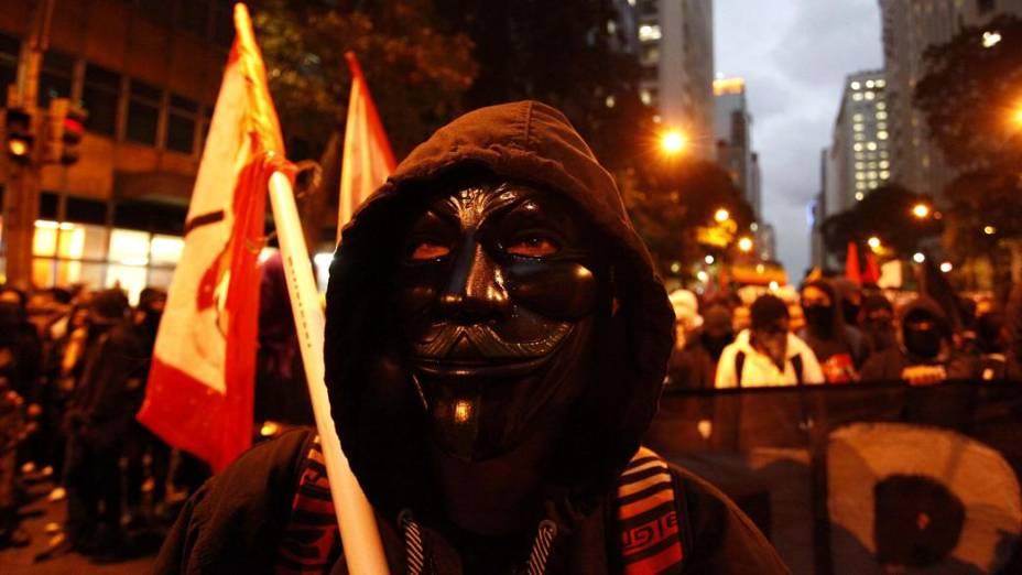 Rio: black blocs participam de protesto de professores no Centro nesta segunda (7/10)