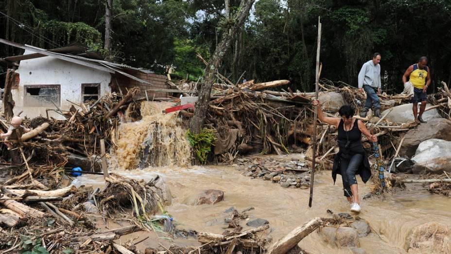 Moradores do bairro de Campo Grande tentam recuperar alguns pertences em Teresópolis, Rio de Janeiro - 16/01/2011