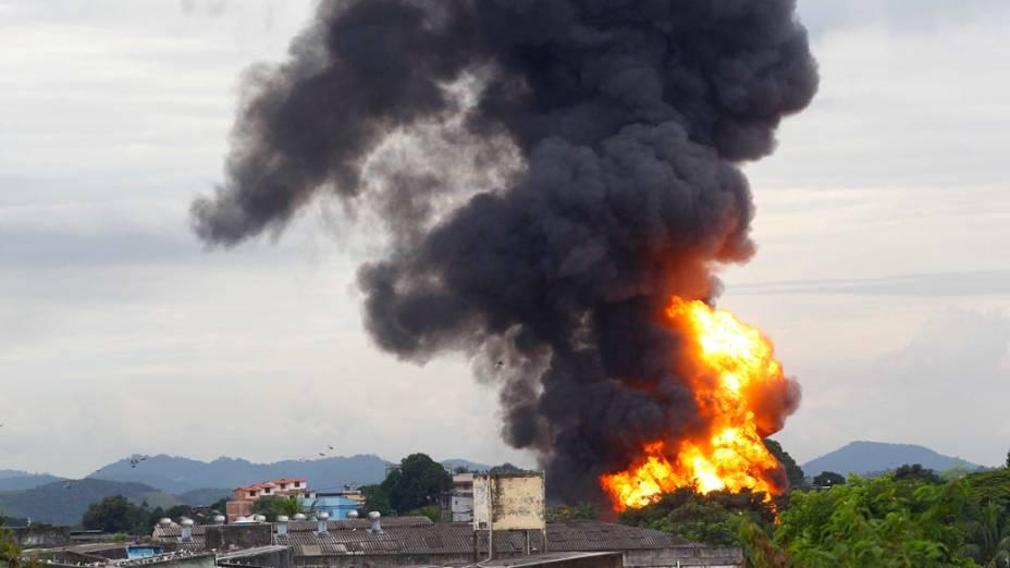 Bombeiros iniciam o combate a um incêndio de grandes proporções em uma distribuidora de combustíveis no Rio de Janeiro