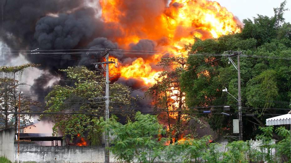 Fogo atingiu veículos e prédios próximos ao depósito