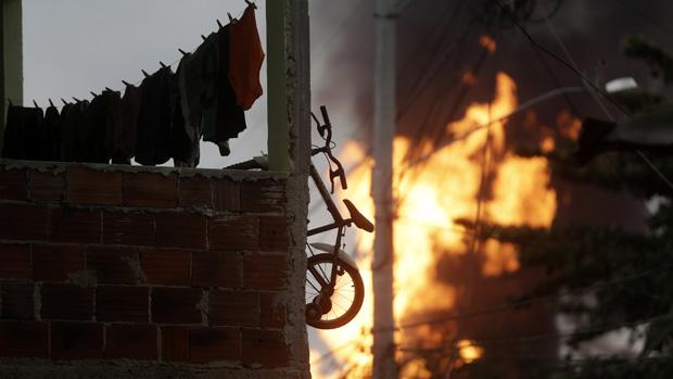 Seis quartéis dos bombeiros foram acionados para conter as chamas