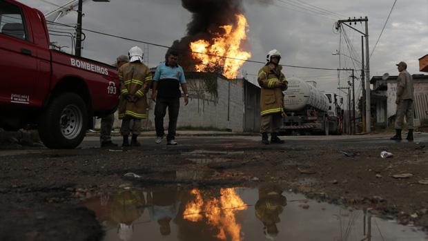 Por causa da intensidade das chamas, os bombeiros tiveram de esperar que o fogo amainasse para se aproximarem do local