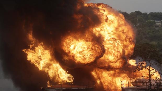 Uma explosão ouvida a quilômetros de distância deu início às chamas no depósito