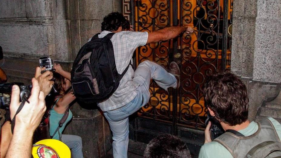 Rio: Grupo que protestava contra o governador Sérgio Cabral invadiu prédio da Assembleia Legislativa