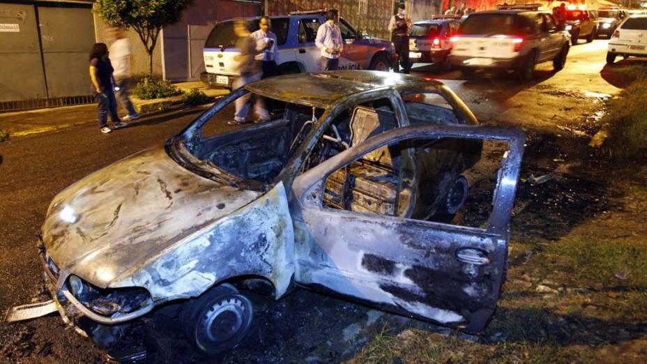 Na quarta-feira, dia 24 de novembro, carro queimado na madrugada desta quarta-feira em Duque de Caxias, no Rio de Janeiro