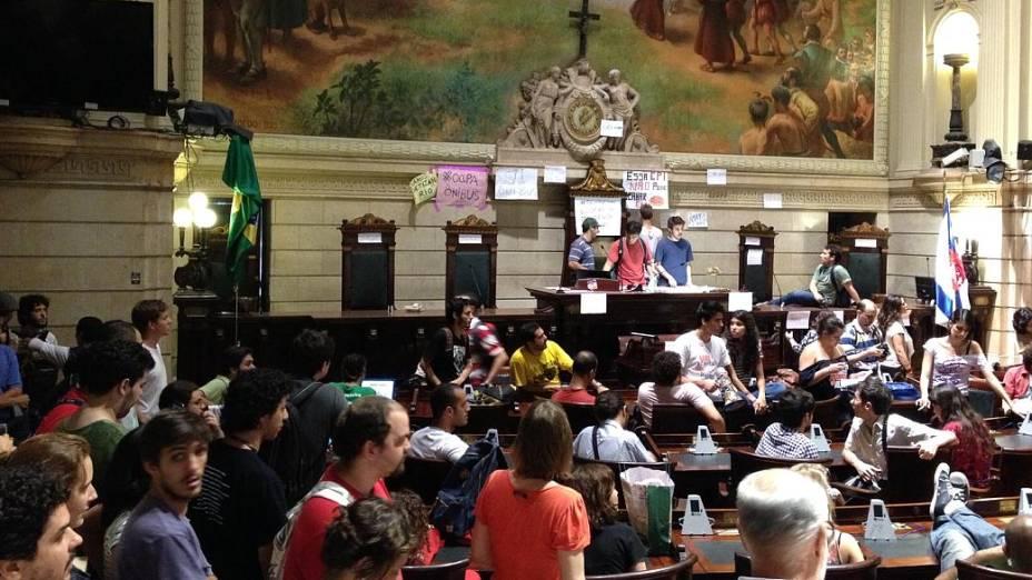 Rio: Manifestantes tomam o plenário da Câmara de Vereadores, nesta sexta (9/8)