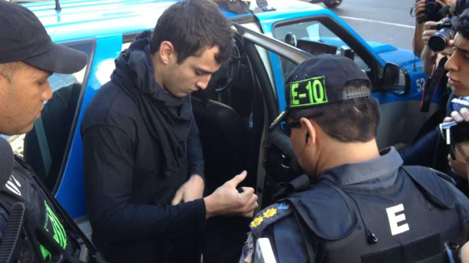 Um manifestante é revistado por policiais militares no centro do Rio, onde acontecem os protestos de 7 de Setembro