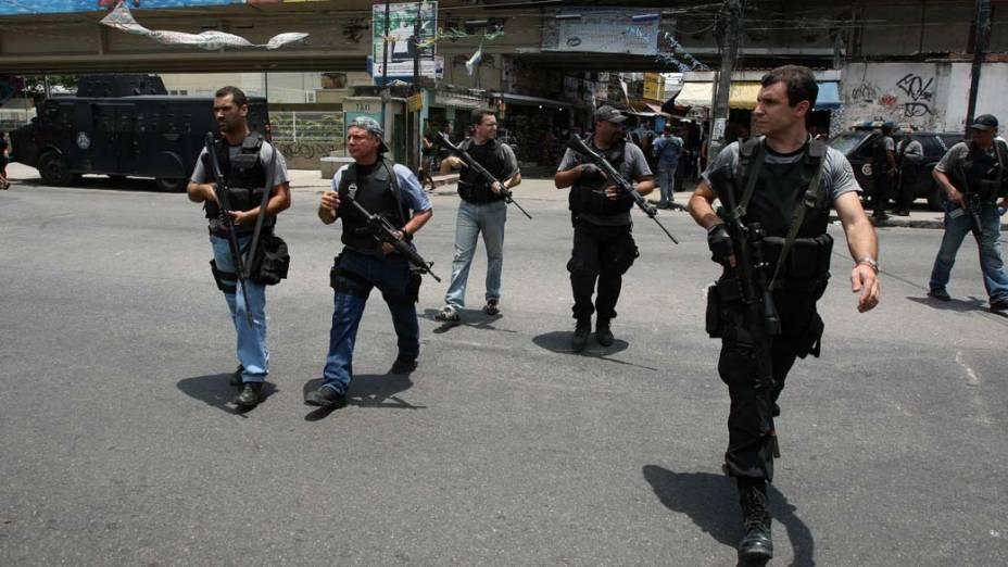 Policiais na favela Jacarezinho, no Rio de Janeiro