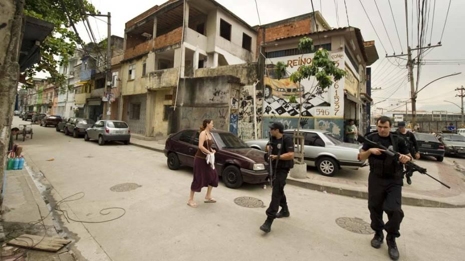 Policiais patrulham a comunidade Mandela 2, no Rio de Janeiro