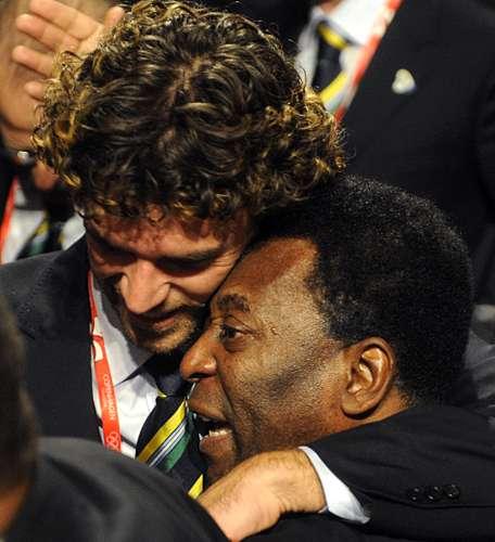 O tenista Gustavo Kuerten e Pelé comemoram a escolha do Rio como sede da Olimpíada de 2016
